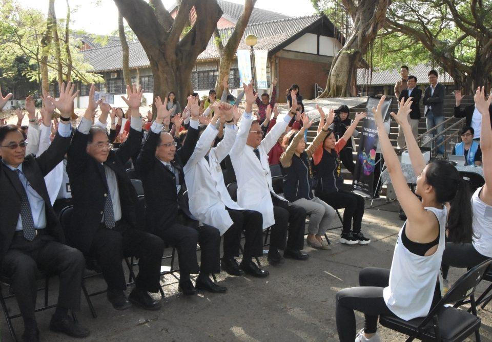 東海大學運健學程學生教練帶領大家做健身操