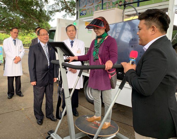 社區長者體驗青銀智慧行動車的運動器材測試平衡感以及做體操
