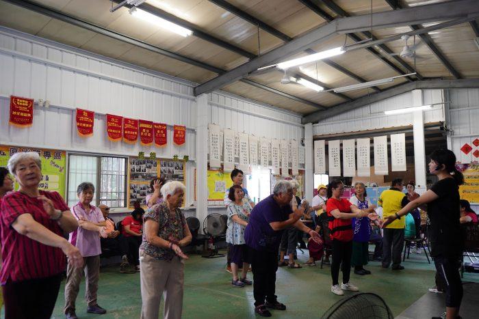 「量完的長輩可以來這邊一起做運動唷!」跟著健促教練動一動,福瑞社區的長輩個個都是運動好手