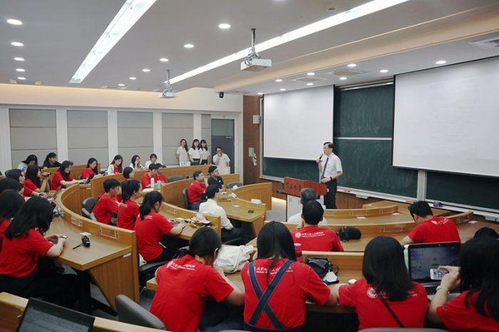 北京大學學生聚精會神聆聽東海大學社會責任計畫成果