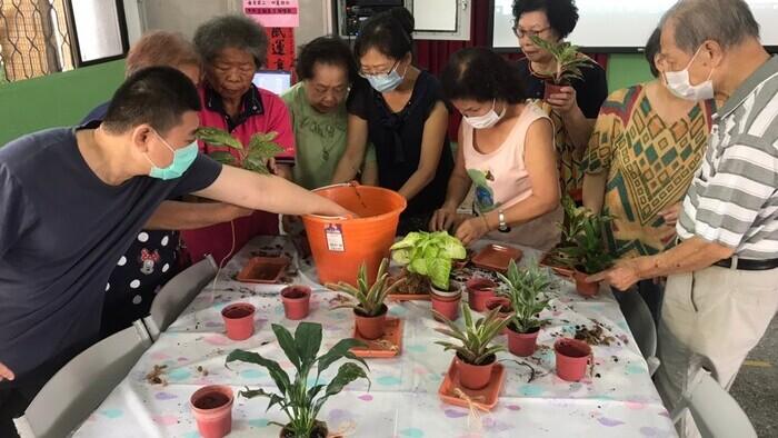 饒老師富有愛心地帶領永安社區的植物輔療,讓長輩以不同方式學習和植物相處。