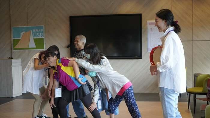 大開劇團以白老師帶領肢體開發活動,社區夥伴笑開懷!