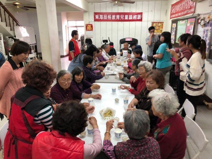 忙進忙出,該組同學以花茶、果凍蠟燭,帶給長輩一個優雅的下午