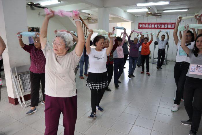該組同學以毛巾操帶領長輩活動筋骨,又唱又跳好活力!