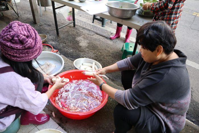 作伙煮呷不孤單,這是東海社區夥伴共餐備料的日常