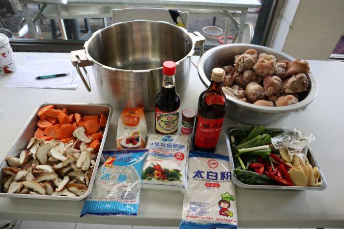 調味料、豬腳、蔬菜,還有我們的主角「壓力鍋」——猜猜看今天要做什麼料理?