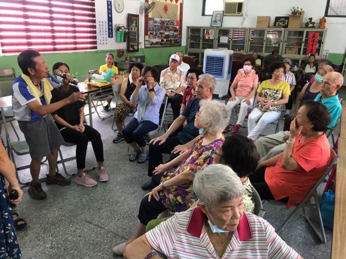 饒老師鼓勵長輩向大家發表生命中的植物經驗,以植物作為媒介的團體討論,促進了長輩之間關係的交流。