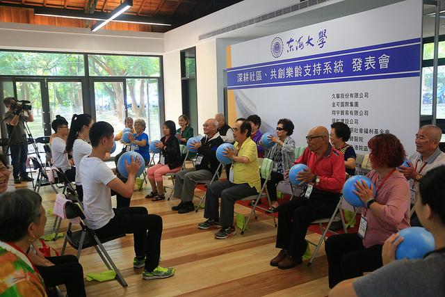 由本校運健學程學生帶領阿公、阿嬤進行韻律體操