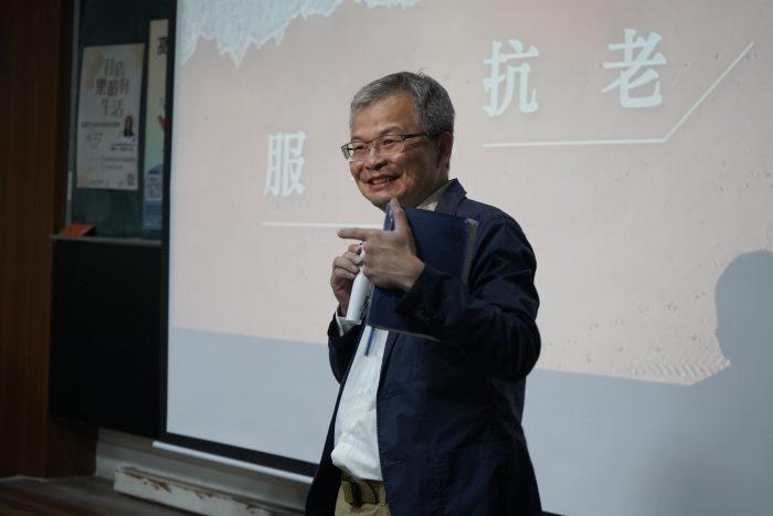 樂齡學院王篤強院長也蒞臨現場,和林宛瑩創辦人一同主持問答時間,鼓勵學生提問。