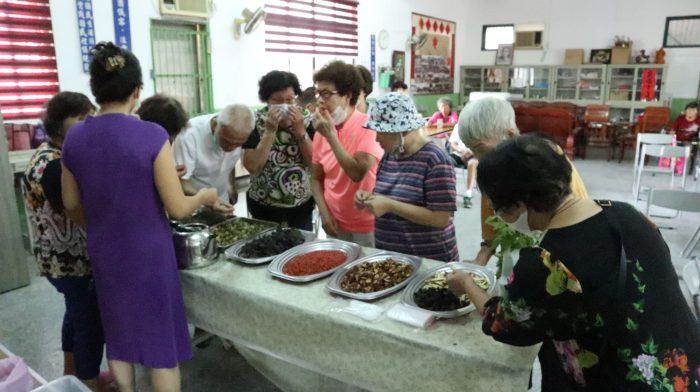 香草茶包的製作趣味又實用!香草植物的體驗喚起長輩熟悉的生命記憶。