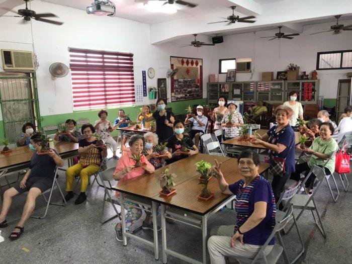 活動圓滿成功!長輩們歡樂的與植物合影留念,更紛紛詢問老師是否還能再來社區帶活動,相信植物輔療在長輩心中種下了美好的回憶。