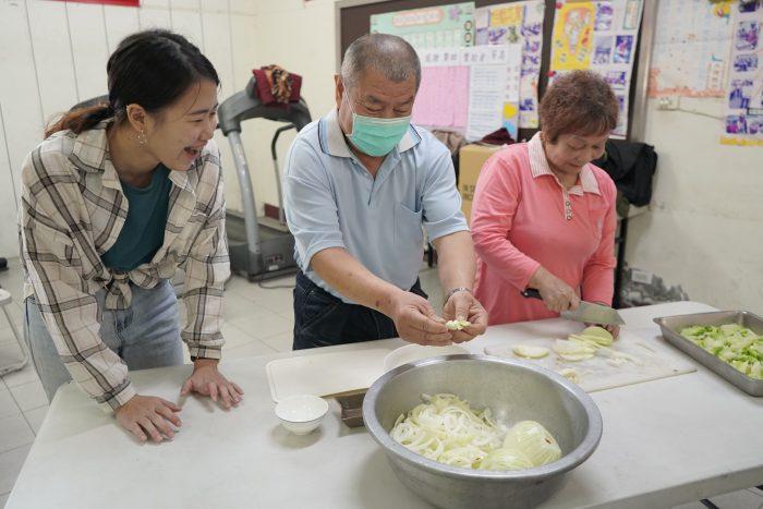 長輩不藏私地將烹飪秘訣傳授給學生 通力合作好開心!