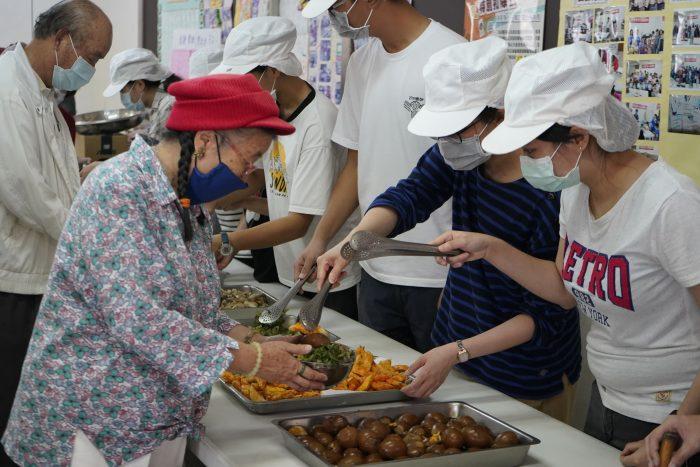 大秀廚藝、勁歌熱舞後 青銀兩代一起共餐補充滿滿能量