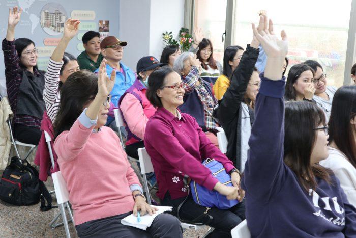 在福氣照護中心,師生長輩踴躍與中心人員互動,展現出對於青銀議題的好學!